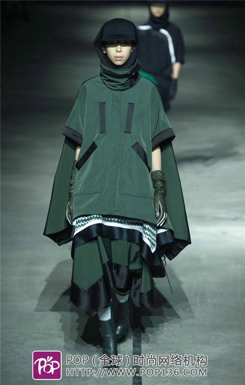 大码绗缝外套或棉服搭配紧身裤和及膝雪地靴